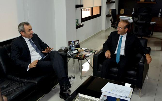 وزير الاقتصاد عرض وسفير  بريطانيا العلاقات الثنائية