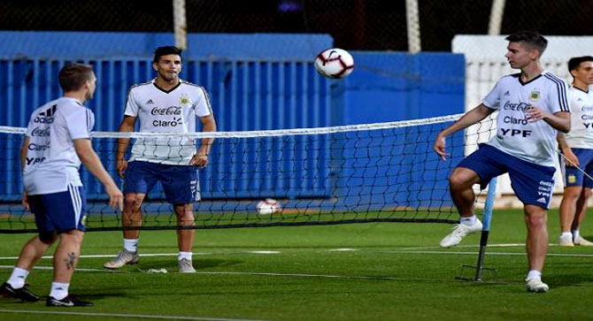 الأرجنتين يواجه البرازيل بصفوف  غير مكتملة في