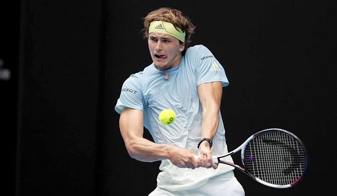 زفيريف يلاقي ديوكوفيتش في نصف نهائي شنغهاي وفيدرر يدعو لاحترام صبية ملاعب التنس