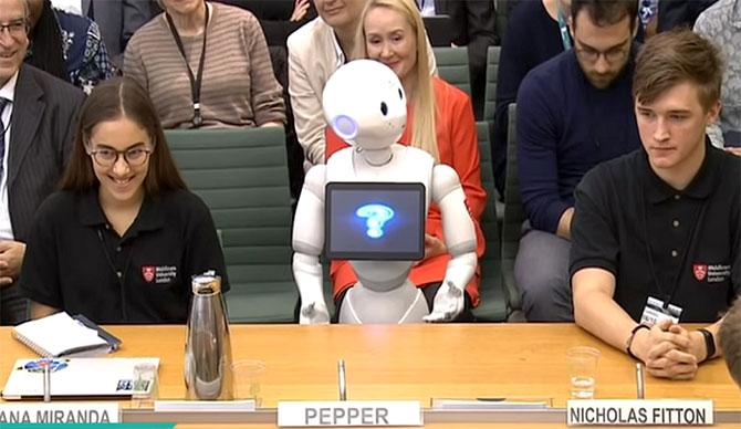 لأول مرة.. روبوت يقدم شهادته أمام البرلمان البريطاني