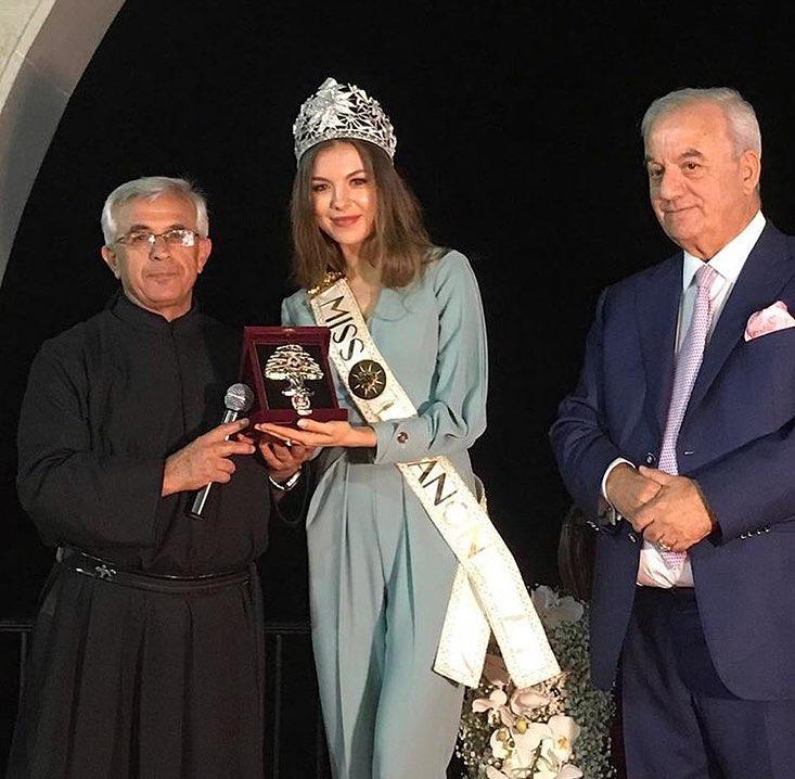 تنورين تستقبل ابنتها ملكة جمال لبنان بحفاوة