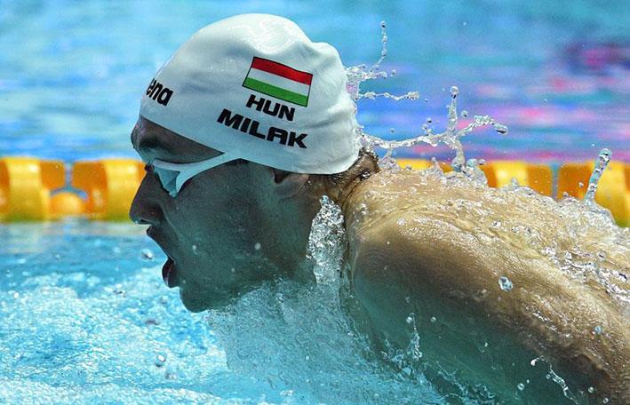 الاسطورة فيلبس يحيي انجاز السباح ميلاك بعد تحطيمه رقمه القياسي