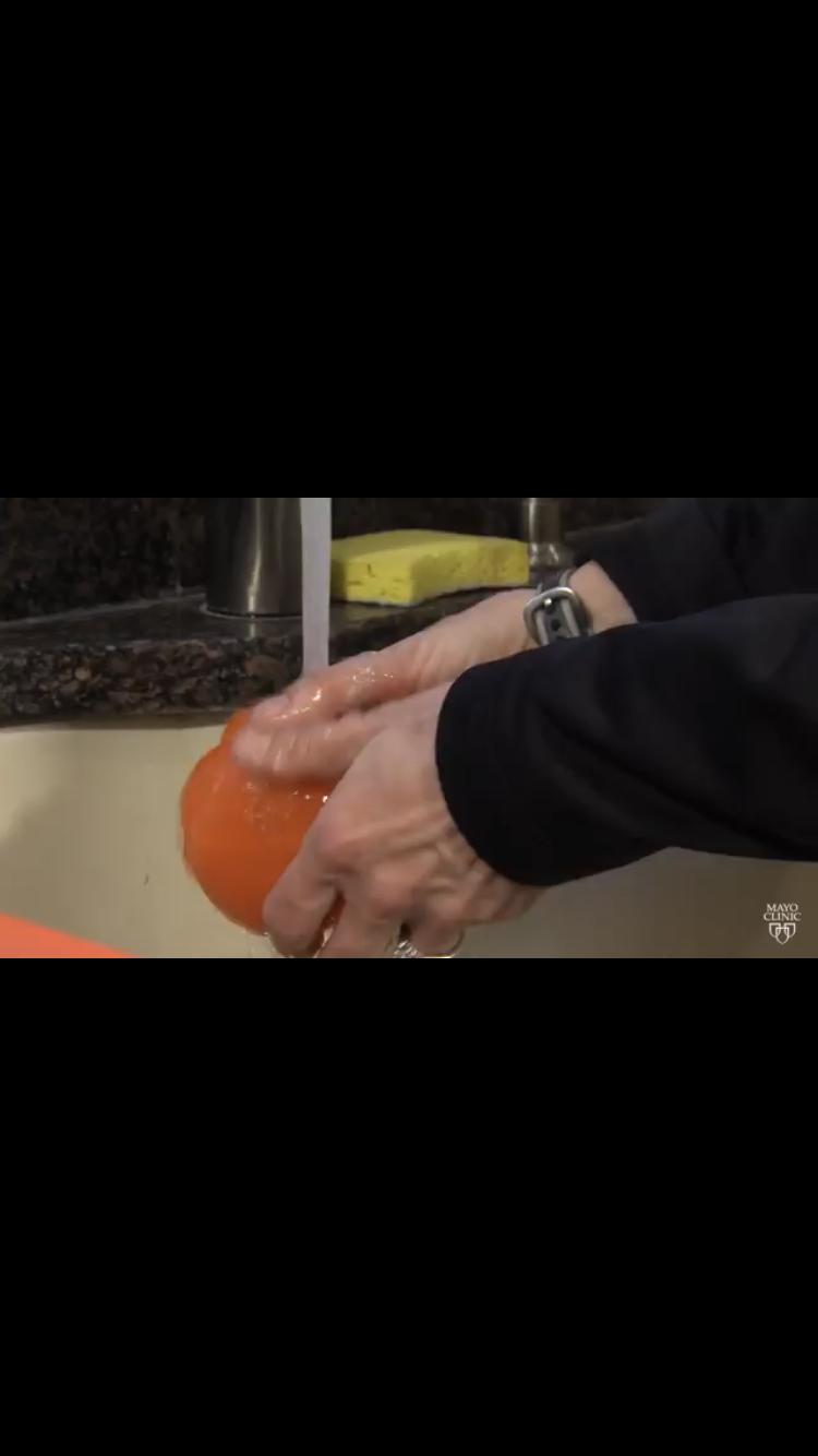 إليكم الطريقة السليمة لغسل الفاكهة والخضراوات!