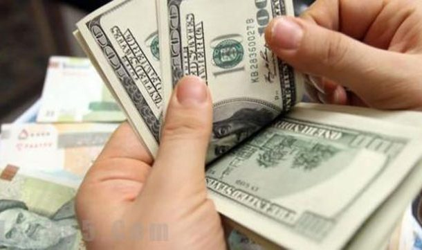 تراجع قياسي للدولار في السوق السوداء