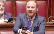 نائب إيطالي يتقدم بطلب زواج من صديقته خلال جلسة البرلمان