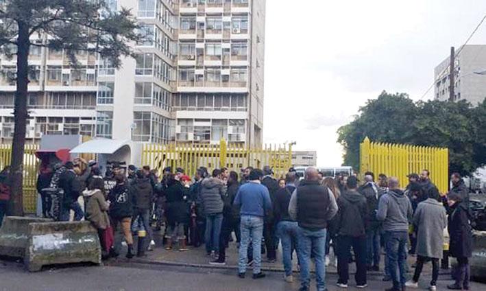 إنقطاع الكهرباء يفجر احتجاجات شعبية ووزارة الطاقة لا تتوقع انفراجات قبل غد