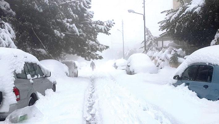 الثلوج على ارتفاع 1200 وقطع لعدد من الطرقات