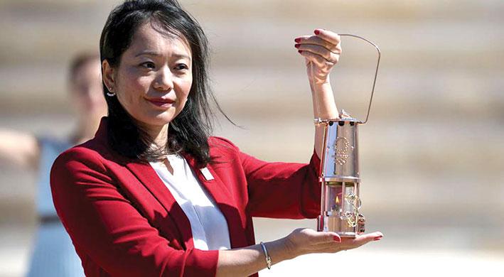 منظمو أولمبياد طوكيو 2020 يتسلمون الشعلة الأولمبية