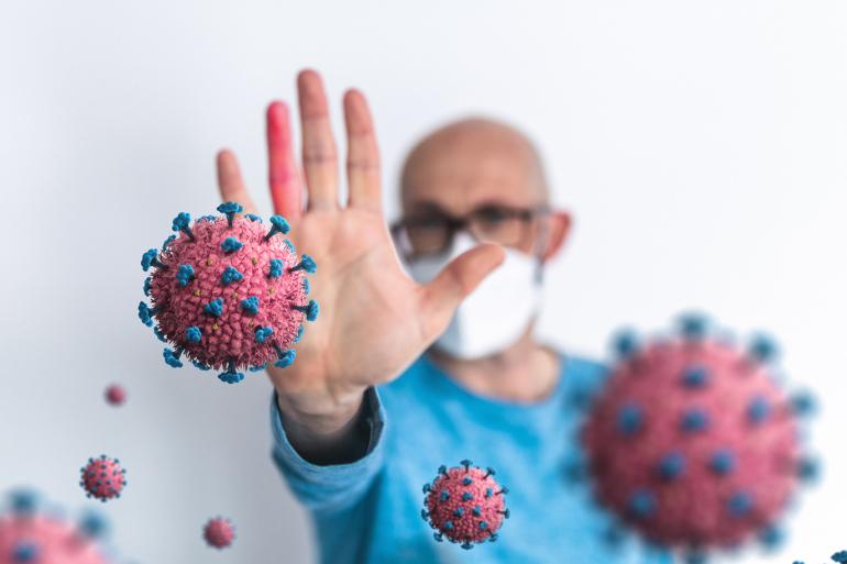 طبيب اختصاصي يكشف عن كيفية التمييز بين الأنفلونزا العادية والإصابة بالفيروس التاجي