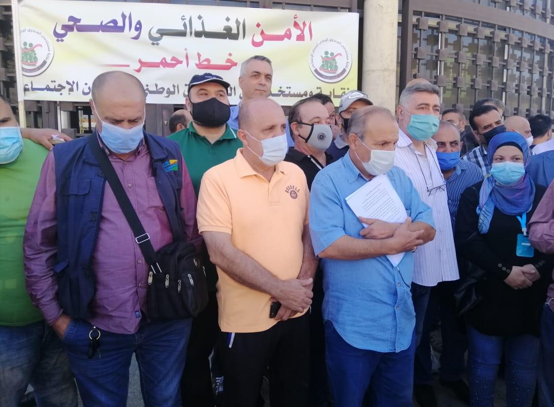 النقابات والمستخدمون من أمام مصرف لبنان في بعلبك: الأمن الصحي والغذائي خط أحمر