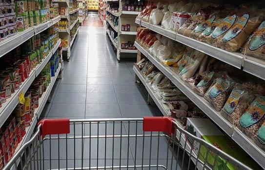 مؤسسات تجارية تقفل أبوابها لإعادة تسعير بضائعها تماشياً مع جنون الدولار