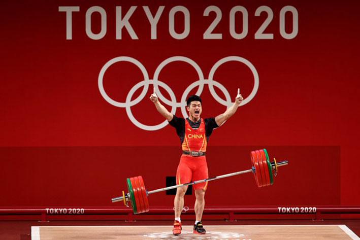 شي يحطم رقمه القياسي العالمي ويفوز بذهبية وزن 73 كغم في رفع الأثقال